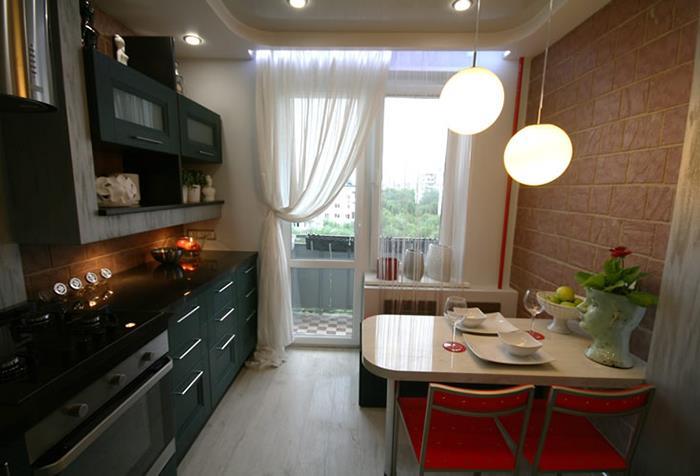 Белая гардина с подхватом на кухне