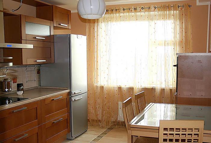 Легкая гардина в интерьере кухни