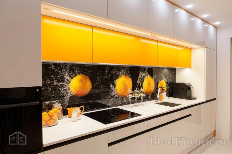 прямой кухонный гарнитур со шкафами в два ряда