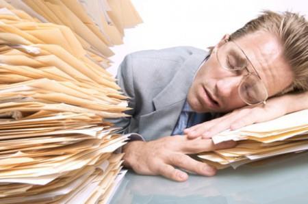 Уставший на работе мужчина