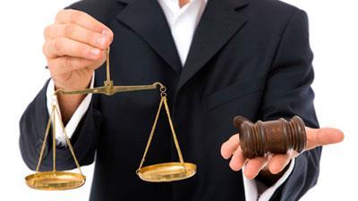 Мужчина держит в руках инструменты судьи