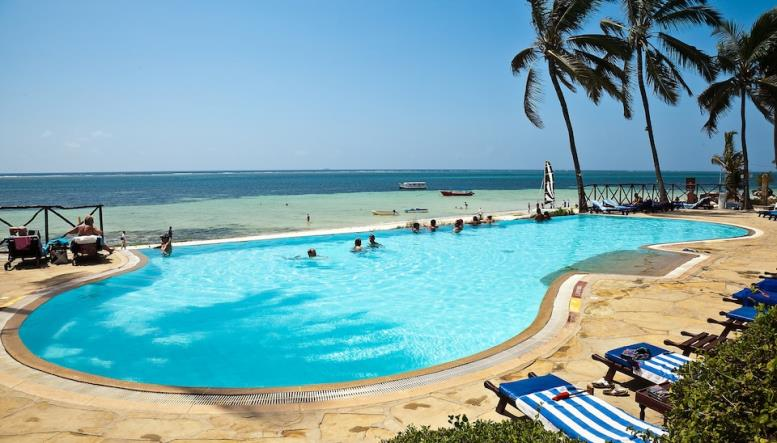 Бассейн на курорте в Момбасе