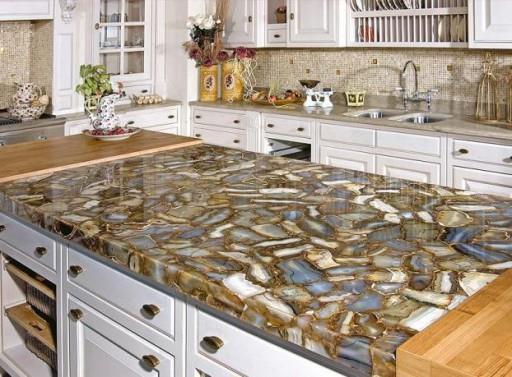 Чтобы подчеркнуть роскошь обстановки, можно использовать для столешницы натуральный камень