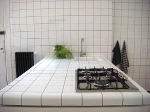 Тщательный уход потребуется за столешницей с покрытием из кафельной плитки