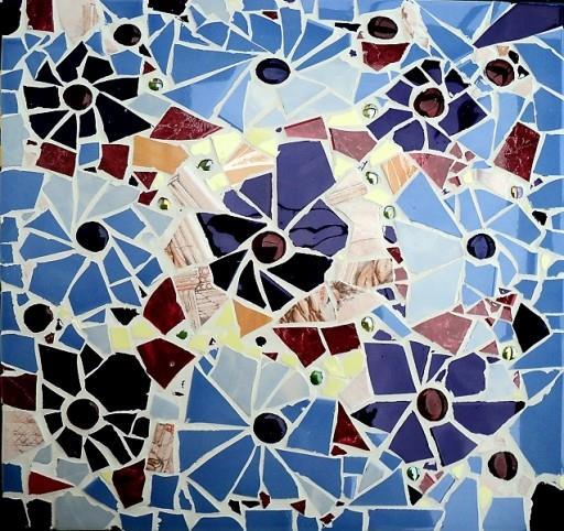 Мозаика из битого кафеля выглядит необычно и очень привлекательно, однако подобного результата будет нелегко добиться