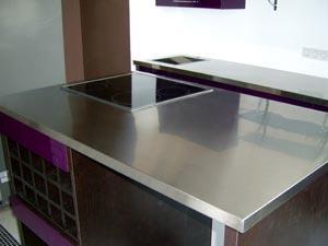 Столешница из нержавеющей стали - оптимальный вариант для кухни в стиле модерн или хай-тек