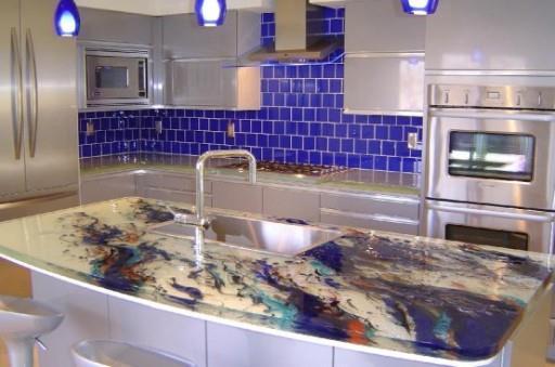 При правильном освещении стеклянная столешница станет настоящим украшением кухни