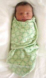 новорожденный завернут в одеяло