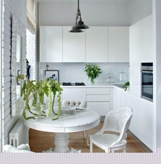 Угловая кухня белого цвета.