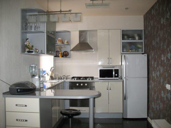 Кухонный гарнитур с узкой барной стойкой.