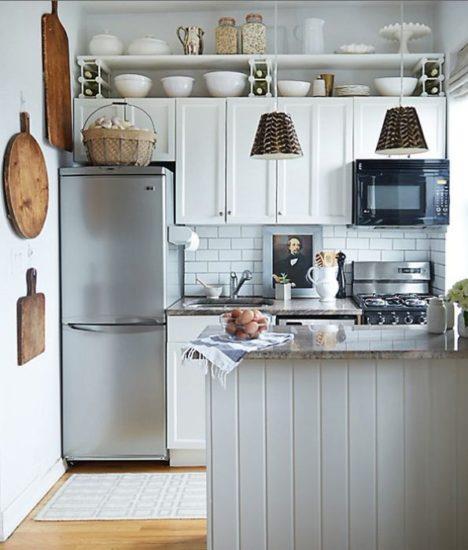 Дизайн кухни с потолочными полками.