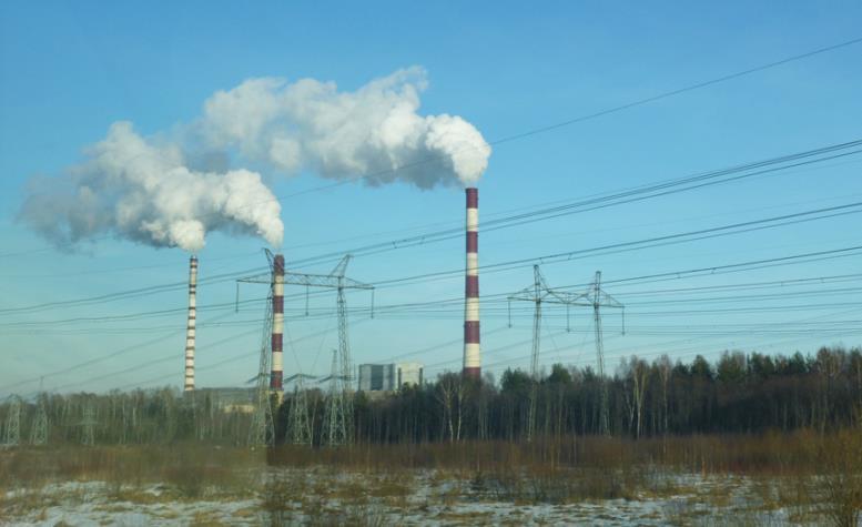вид из окна дома на промышленный пейзаж