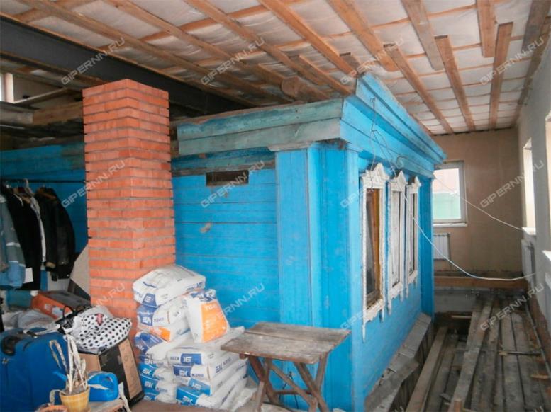 перестроенный старый дом. старый сруб внутри нового