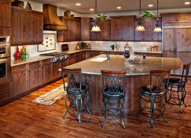 кухня с коричневым полом