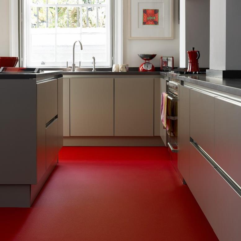Яркий контрастный линолеум красного цвета на полу, станет главным акцентом интерьера кухни