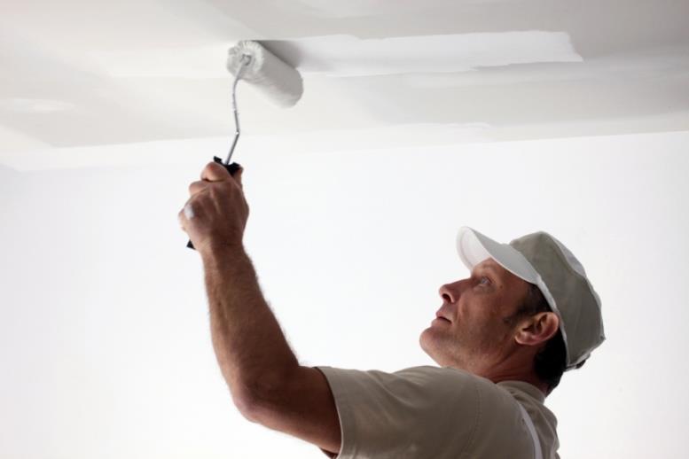 Выбрав правильный валик для покраски потолка можно избежать разводов и потеков