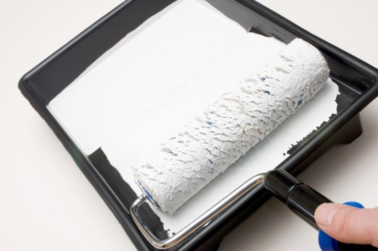 Если необходимо быстро покрасить потолок лучше использовать краску от бренда Dufa, которая не имеет резкого запаха и высыхает за пару часов