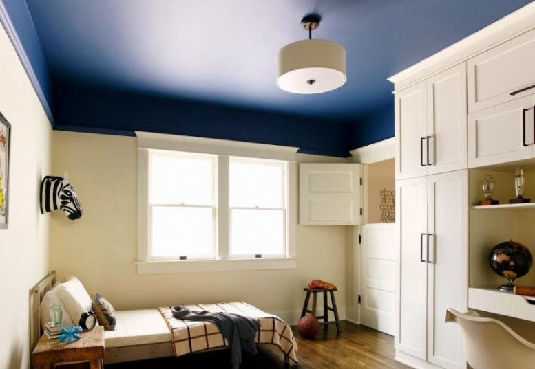 Изюминкой современного интерьера может стать потолок насыщенного цвета, покрашенный матовой водоэмульсионной краской