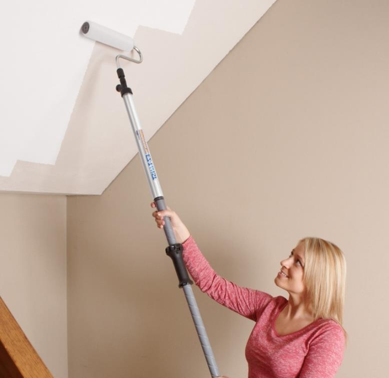 Красить потолок очень удобно с помощью валика с телескопической ручкой