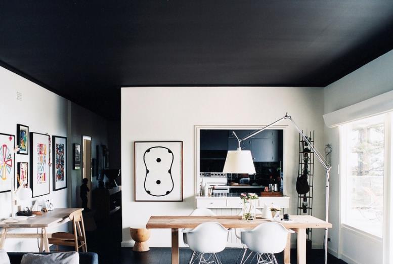 Производители выпускают краску для потолка и стен насыщенного черного цвета отдельно, поскольку с помощью колоранта такого результата не добиться