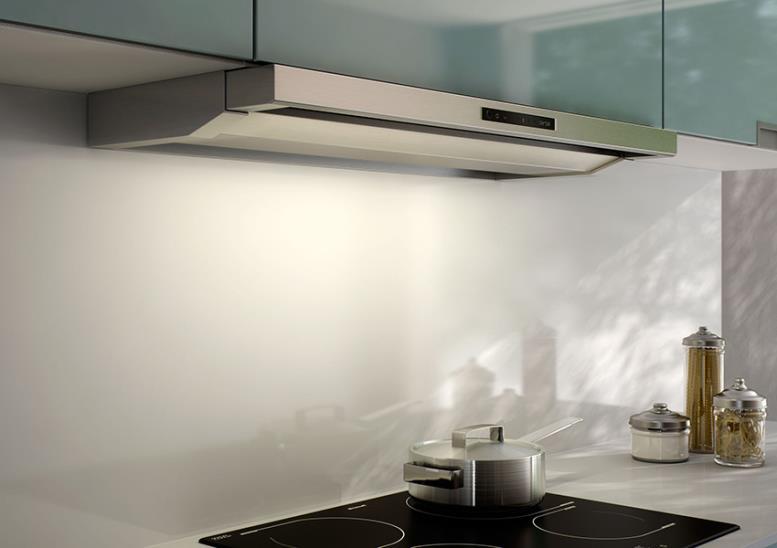Встроенная 60см вытяжка на кухне