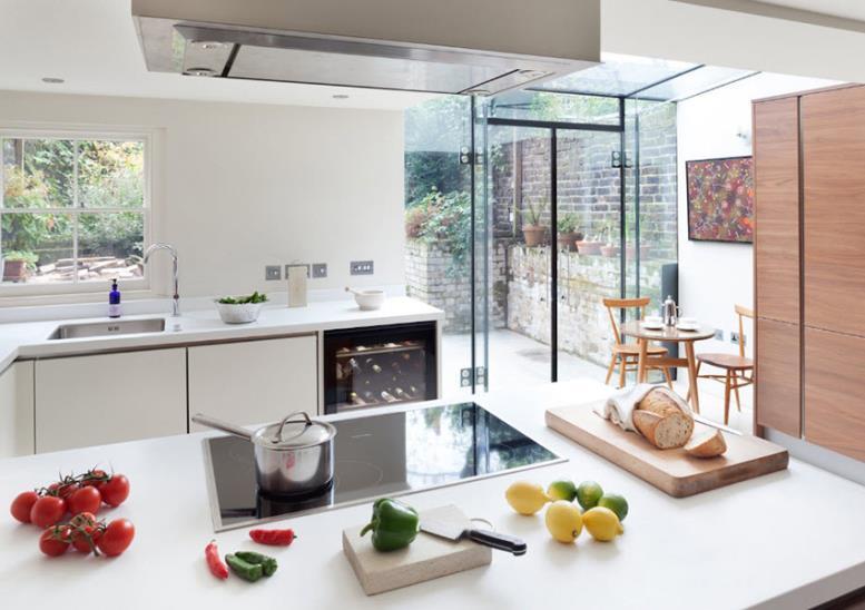 Любая вытяжка способна стать центральным элементом украшения и буквально изменить кухню за малые деньги