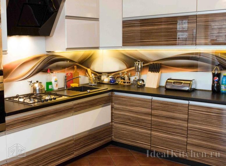 Скинали с абстракцией — реальные фото фартуков из стекла в интерьере кухни