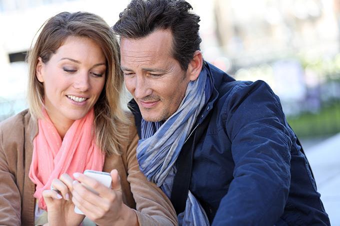 Пара со смартфоном