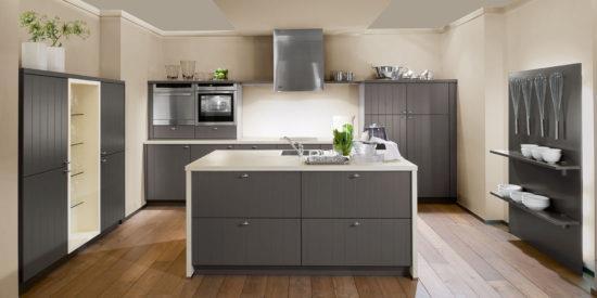 Кухня в серых и бежевых тонах с коричневым полом
