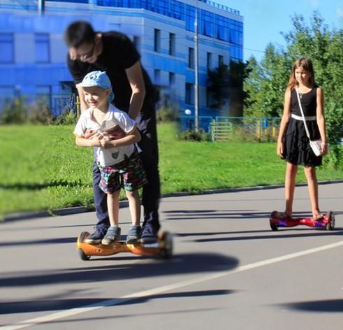 Маленький ребенок на детском гироскутере