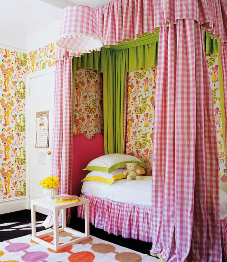 Яркие обои в интерьере детской комнаты для девочки