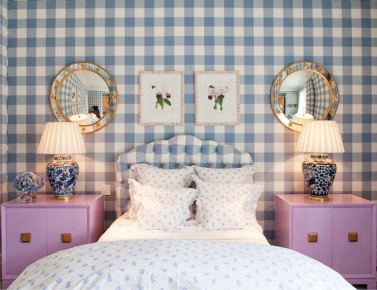 Синие обои в клетку в интерьере комнаты для девочки-подростка