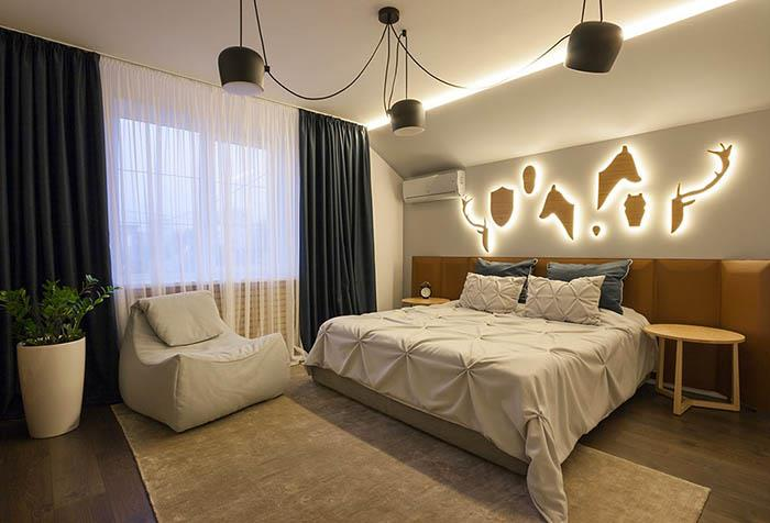 Темные портьеры со светлым тюлем в интерьере спальни