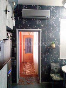 Внутренний блок установлен над дверью кухни