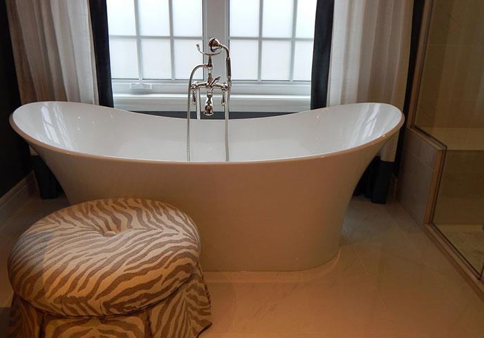 Акриловая ванна красивой формы
