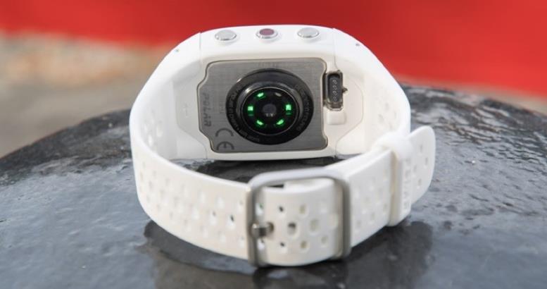 Благодаря монохромному экрану у устройства хорошая автономность — до двух недель при регулярных тренировках, до двух месяцев без активации GPS. Есть защита от влаги (использование в душе, погружение до метра). Поддерживается трекинг сна. Отмечу также удобный магнитный разъем для зарядки.
