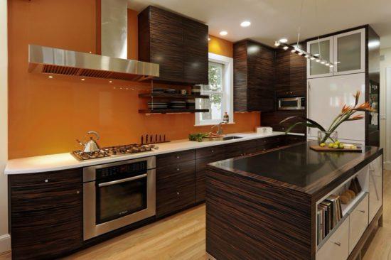 Дизайн кухни с коричневой отделкой и желто-оранжевым гарнитуром