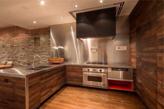 Кухонный интерьер с отделкой стен деревянными панелями