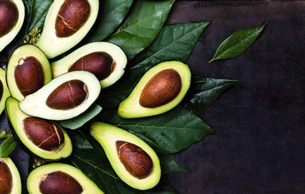 разрезанные плоды авокадо