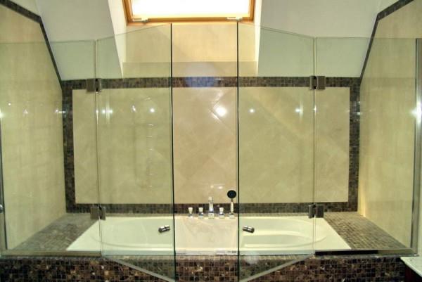 Распашная шторка в ванной