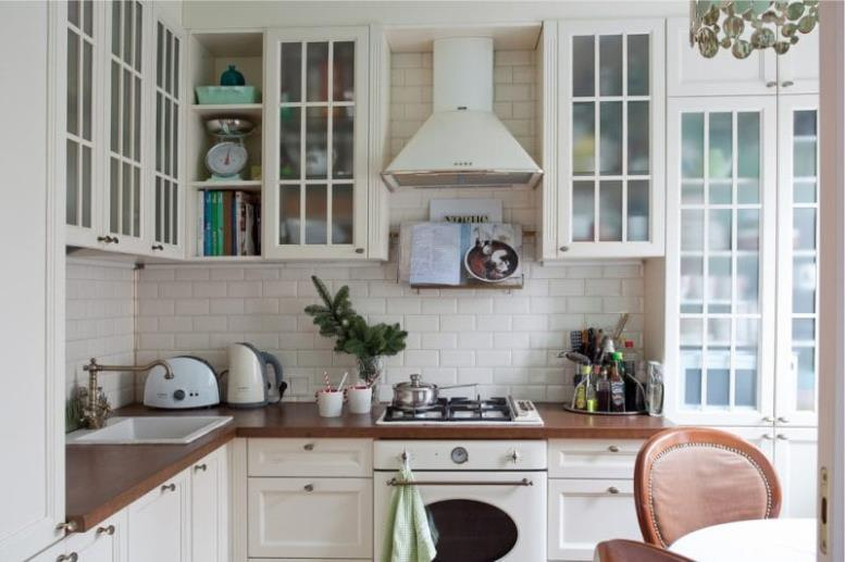 Бежевая кухня с коричневыми акцентами в стиле прованс