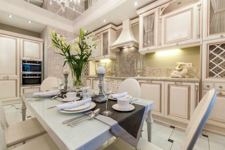 кухня в стиле неоклассика с патинированными фасадами