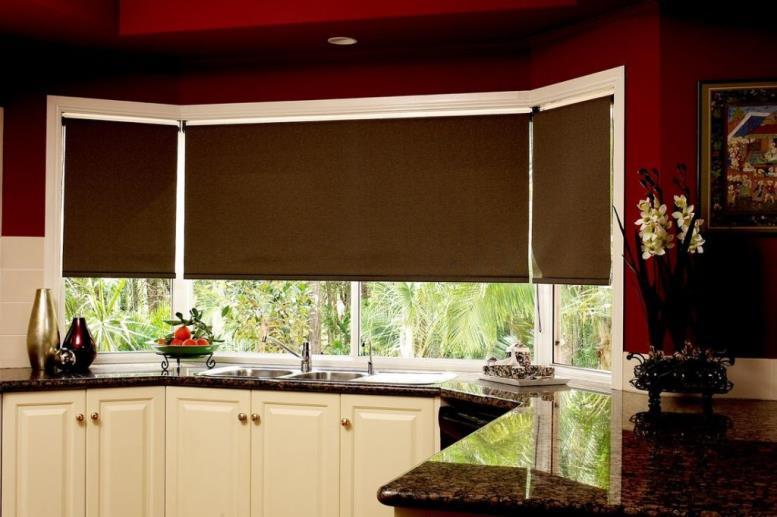 кухня с широкими ролл шторами