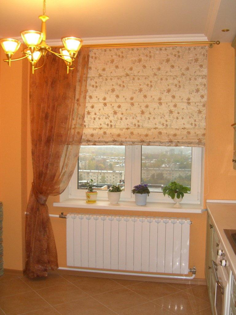 Рулонные шторы в цветочек на кухне