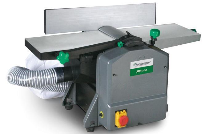 В некоторых моделях предусмотрена возможность подключения пылесоса для сбора стружки