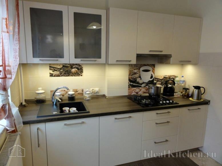 встроенный линейный кухонный гарнитур от стены до стены