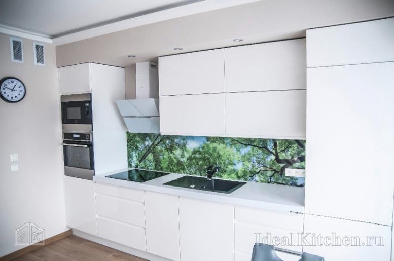 прямая линейная кухня белый глянец в студии