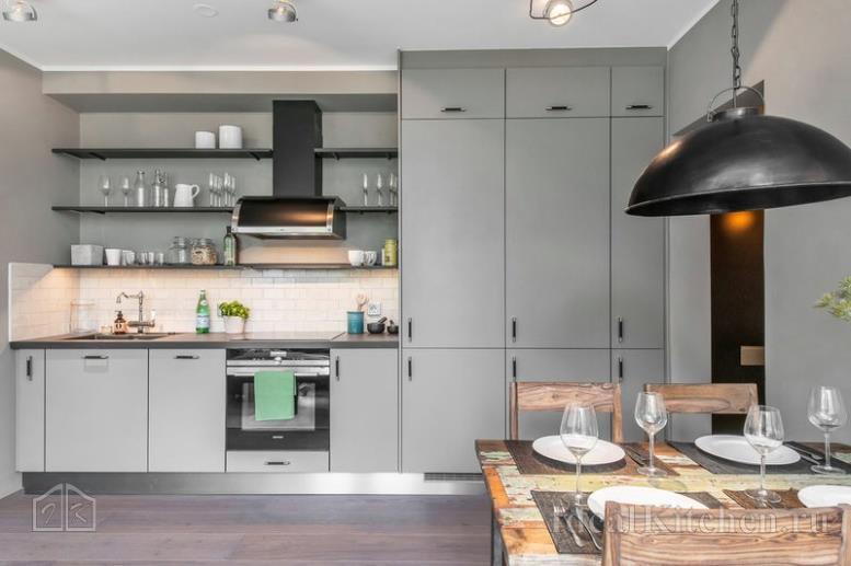 прямой кухонный гарнитур с пеналами в студии 30 кв м