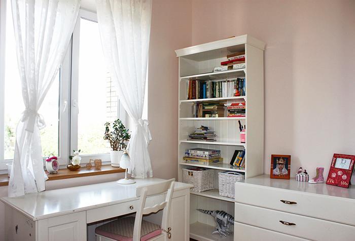 Короткие шторы в комнате подростка