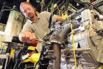Механик налаживает агрегат